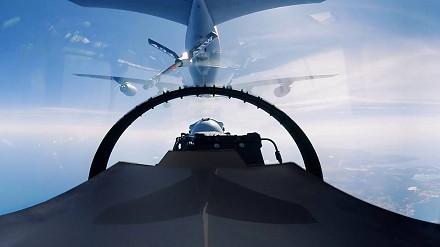 Tankowanie F-16 w locie i 360°