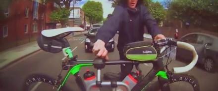 Złodziej próbuje ukraść rower zamontowany z tyłu samochodu
