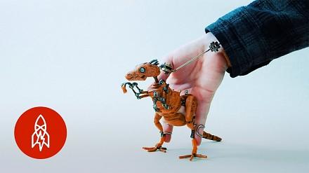 Młody i utalentowany lalkarz tworzy małe dzieła sztuki