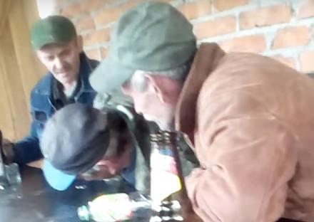 Rozrywki wiejskich żuli przy piwku