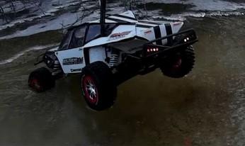 Model RC utknął na lodzie, na pomoc przybywa ciężarówka