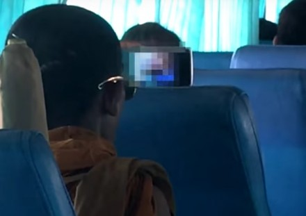 Buddyjski mnich ogląda porno w autobusie