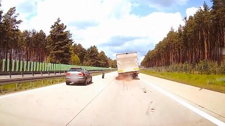 Osobówka wpada na koło, które odpadło od ciężarówki