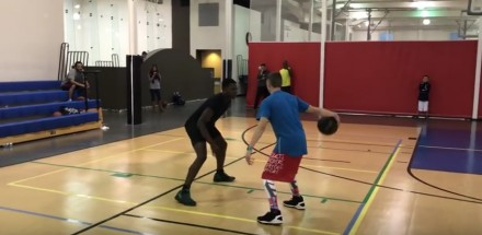 Zobaczcie, co wyprawia z piłką do kosza ten biały chłopak