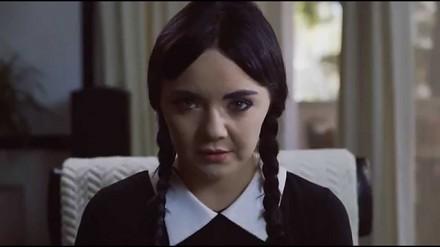 Dorosła Wednesday Addams wynajmuje apartament