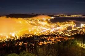 Inwersja sprawiła, że norweskie Bergen pokryło się mgłą