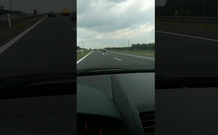 Autostrada A4 - kierowca z taśmą ostrzegawczą