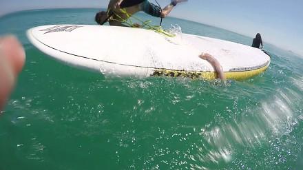 Wielka kałamarnica chce odpocząć na paddleboardzie