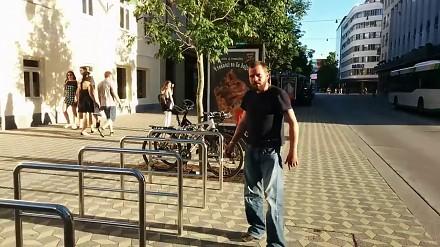 Gość nagrany na próbie kradzieży roweru w biały dzień
