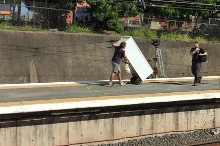 Australijczyk próbuje przewieźć lodówkę pociągiem