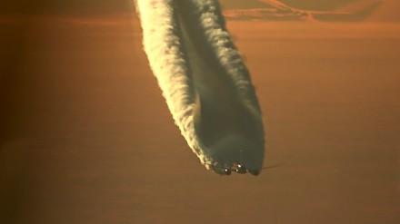 Smuga kondensacyjna samolotu z nieco innej perspektywy