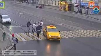 Efekt motyla na przejściu dla pieszych w Rosji