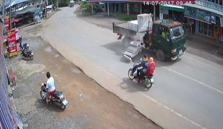 Motocyklista i pasażer o włos od tragedii