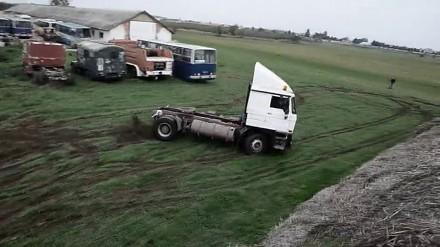Węgier świetnie się bawi driftując cieżarówką