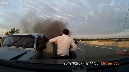 W Azerbejdżanie zderzyły się łada i wołga. Inni kierowcy uratowali poszkodowanych z płomieni