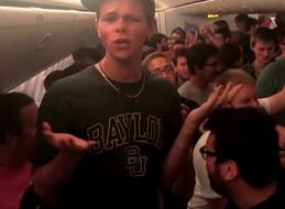 """Członkowie chóru śpiewają piosenkę """"The Coconut Song"""" na pokładzie samolotu linii Emirates"""