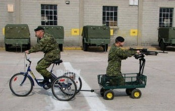 W wojsku bywa też wesoło, zobaczcie, jak wrzucił granat do własnego okopu