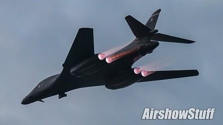 Przelot bombowca B-1B z włączonymi dopalaczami
