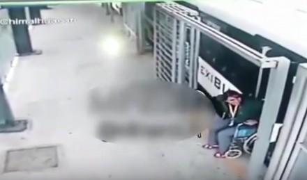 Kobieta na wózku wstaje po wypadku