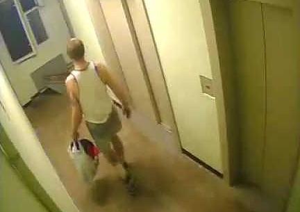 Złodziej geniusz orientuje się, że w korytarzu jest kamera