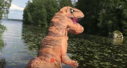 Szalenie pozytywny T-rex skacze do pontonu