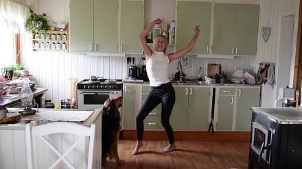 Taniec uroczej Szwedki w doborowym towarzystwie
