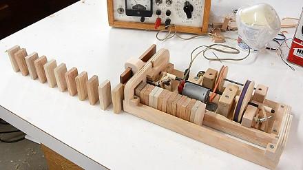 Maszyna do układania kostek domina