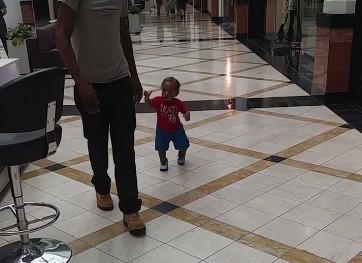 Dziecko uwięzione w centrum handlowym. Nie może znaleźć wyjścia