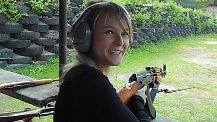 Czeszka strzela po raz pierwszy z kałasznikowa