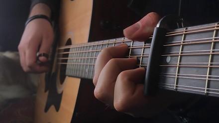 """Intro z serialu """"Gra o tron"""" zagrane na 12-strunowej gitarze"""