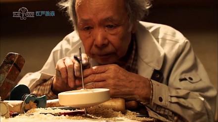 Japoński rzemieślnik tworzący z drewna precyzyjnie wyważone bączki do kręcenia