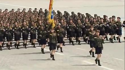 Marsz Armii Korei Północnej w rytmie Stayin 'Alive