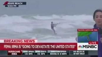 Huragan Irma szaleje, a on surfuje sobie na falach