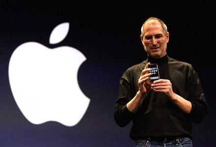 Steve Jobs prezentuje pierwszego iPhone'a w 2007 roku
