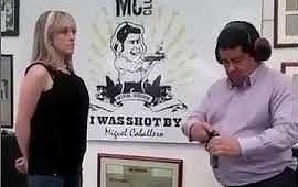 Facet testuje odzież kuloodporną na swojej żonie