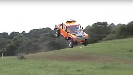 Nieudany, choć niezwykle efektowny skok Land Roverem