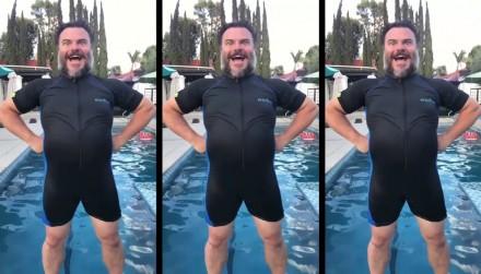 """Jak wyjść z wody jak superbohater pokazuje Jack Black w filmiku """"hell yes"""""""