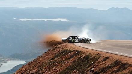 Ken Block potężnym Mustangiem wspina się na szczyt Pikes Peak w Kolorado