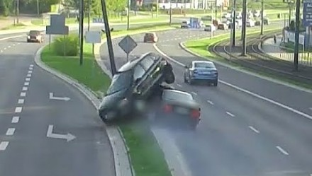 """Uszkodzona lampa uliczna i volkswagen """"zaparkowany"""" na BMW w Olsztynie"""
