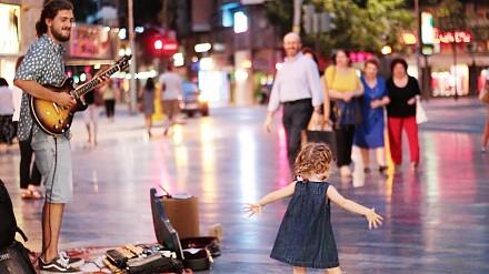 Dziewczynka tańczy na ulicy do przeboju lata