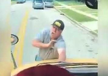 Wściekły facet wskoczył na maskę szkolnego autobusu