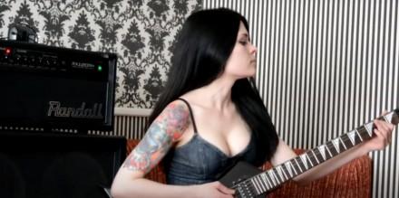 Ładna dziewczyna wymiata na gitarze elektrycznej