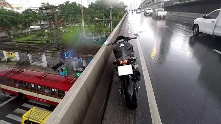 Motocyklista ratuje kotka