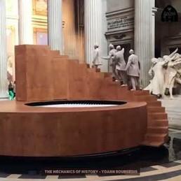 Trampolina, kręcące się schody i akrobaci, którzy wciąż powtarzają to samo