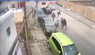 Bandyci ukradli robotnikowi samochód, nagle z odsieczą przybywają koledzy z pracy