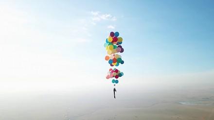 Podróżnik poleciał nad Afryką przypięty do balonów jak w filmie Disneya