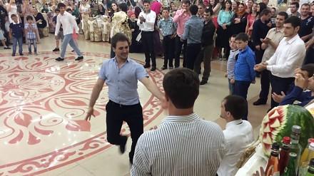 Tradycyjny ludowy taniec kaukaski w wykonaniu dorosłych i dzieci