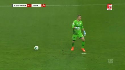 Bramkarz Bundesligi pomylił piłkę z kropką!