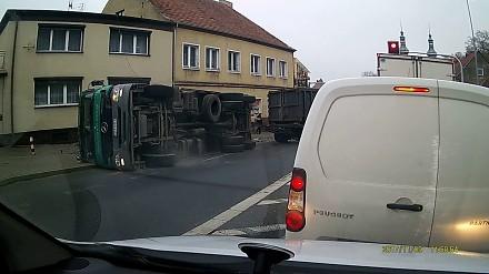 Ciężarówka przewraca się na chodnik w Ujściu