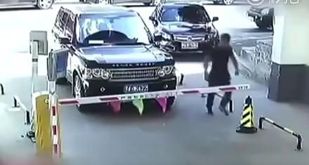 Chiński Seba wpada w szał na widok szlabanu